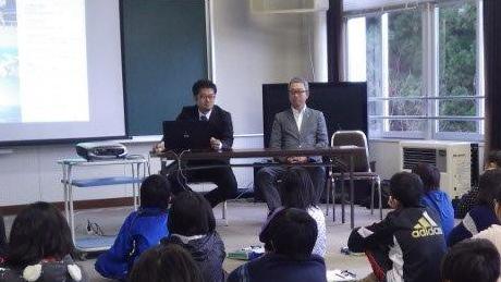 深浦小学校にて特別授業の様子